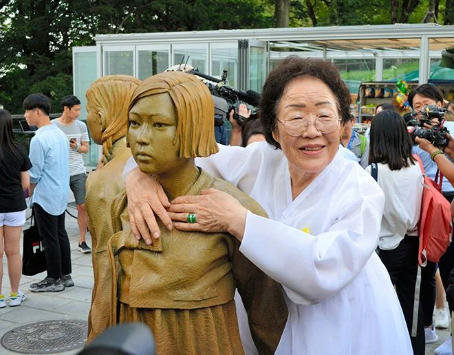 Lee Yong-su memeluk patung yang mewakili