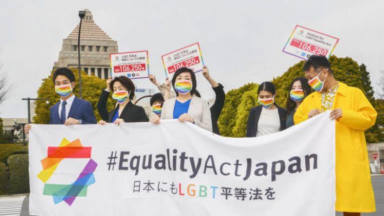 Para pengunjuk rasa menyerukan diberlakukannya Undang-undang Kesetaraan LGBT