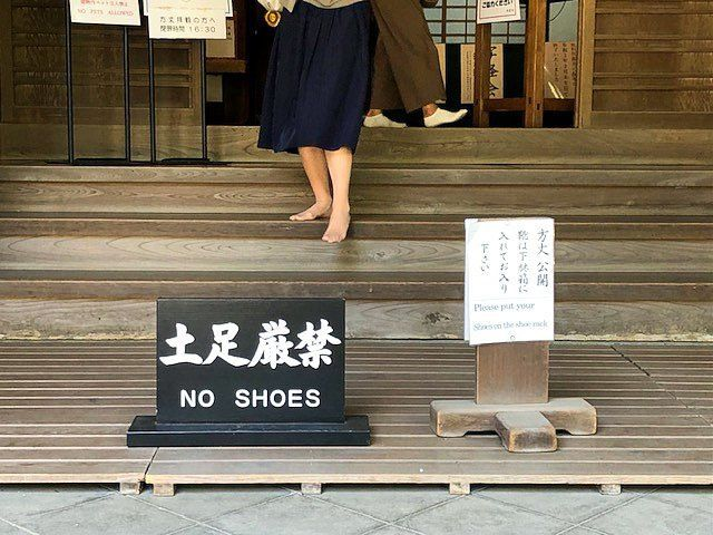larangan menggunakan sepatu di kuil jepang